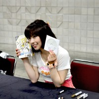 Shimoda poses with signed Kagamine Rin/Len V4X Box